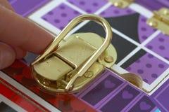 与锁的一场比赛 孩子打开锁 孩子的繁忙委员会 儿童` s教育玩具 免版税图库摄影