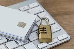 与锁的信用卡在键盘 库存图片
