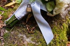 与锁的婚礼花束 库存图片