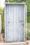 与锁的老木门 免版税库存图片