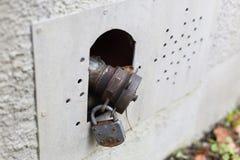 与锁的老油用户线路在南g历史大厦  免版税库存照片