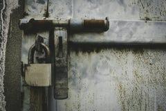 与锁的金属门在脏的样式 免版税库存照片