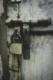 与锁的金属门在脏的样式 库存图片