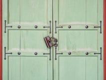 与锁葡萄酒样式门建筑学细节的木门 免版税库存图片