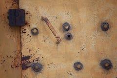 与锁铁锈葡萄酒的老铁门 免版税库存图片