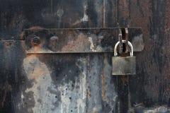与锁铁锈葡萄酒的老铁门 库存图片
