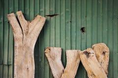 与锌板料的老木头 库存图片