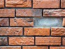 与错过的砖的砖墙背景 免版税库存图片