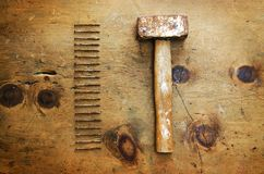 与锤子和钉子的葡萄酒木桌 免版税图库摄影