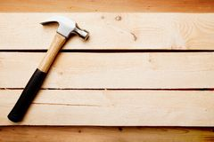 与锤子的木背景 免版税库存图片