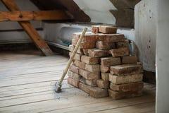 与锤子的砖 库存照片