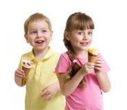 与锥体被隔绝的冰淇凌的两个孩子 免版税库存照片