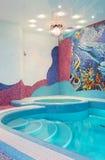 与锦砖的豪华游泳池 库存图片