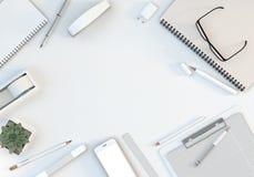 与键盘、文具被设置的和智能手机的办公室工作区在白色桌上 顶视图 平的位置 3d例证 库存图片