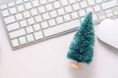 与键盘、老鼠和圣诞节的木工作表 库存照片