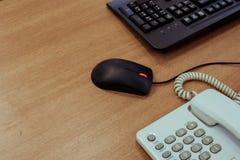 与键盘个人计算机的办公桌木桌,老鼠和书桌打电话 库存照片