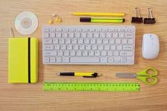 与键盘和办公室项目的办公桌模板 在视图之上 免版税库存照片