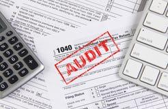 与键盘和计算器的联邦税形式1040 免版税库存图片