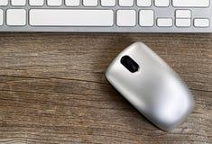 与键盘的无线便携式计算机老鼠在土气木 免版税库存图片