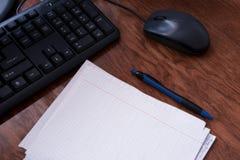 与键盘,老鼠,笔记本,笔,桌,教育的工作环境 库存照片