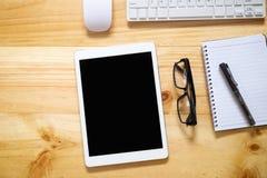 与键盘,玻璃,片剂个人计算机的办公室桌 免版税图库摄影