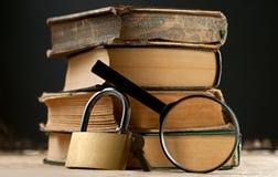 与键锁的旧书 免版税库存图片