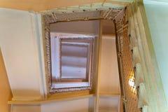 与锻铁栏杆的老楼梯,查寻,底视图 免版税库存图片
