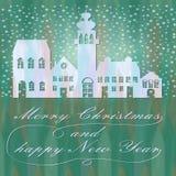 与镇剪影的绿色圣诞节背景在降雪与书法题字、圣诞快乐和新年好 库存图片