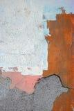 与镇压和另外颜色油漆的被风化的墙壁背景 免版税库存照片