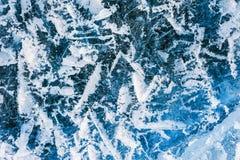 与镇压和泡影的蓝色冰在冻湖 免版税图库摄影