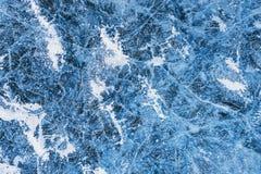 与镇压和泡影的蓝色冰在冻湖 库存图片