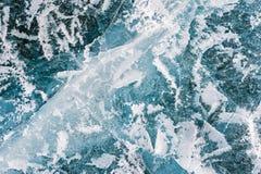 与镇压和泡影的蓝色冰在冻湖 图库摄影