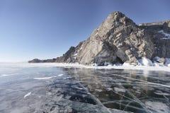 与镇压的冬天风景在贝加尔湖, islan的Oltrek冰  库存图片