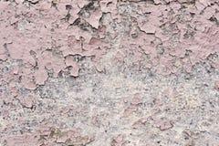 与镇压的桃红色油漆涂层在一块肮脏的灰色石头 剥桃红色油漆难看的东西 库存图片