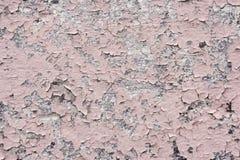 与镇压的桃红色油漆涂层在一块肮脏的灰色石头 剥桃红色油漆难看的东西 库存照片