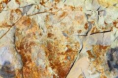 与镇压的橙色石表面纹理 石灰石岩石背景 图库摄影