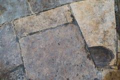与镇压的粗砺的石砖地和小石头提取背景纹理 免版税库存照片