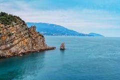 与镇静水、山和峭壁的海景 库存图片