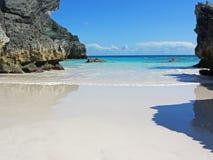 与镇静蓝色海的热带海滩 库存照片