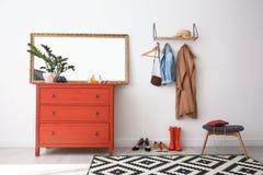 与镜子和胸口的时髦的走廊内部 图库摄影