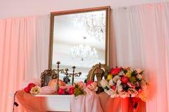 与镜子和花的桃红色内部 免版税库存图片