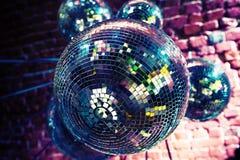 与镜子球的五颜六色的迪斯科聚会背景 图库摄影
