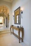 与镜子的古色古香的嵌墙桌子在走廊 库存照片