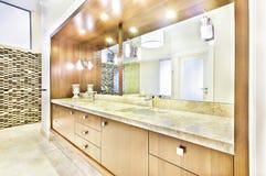 与镜子的木桌在盥洗室 免版税库存照片