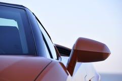 与镜子的橙色跑车 免版税库存照片