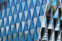 与镜子的现代建筑学大厦 与云彩的天空在Th 免版税库存图片