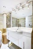 与镜子的盥洗盆在现代卫生间里 库存照片