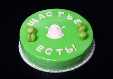 与镜子釉和题字的自创明亮的奶油甜点蛋糕 免版税库存图片