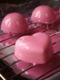 与镜子釉的奶油甜点蛋糕 免版税库存照片