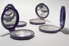 与镜子,那的空的粉末盒互相反射 库存照片